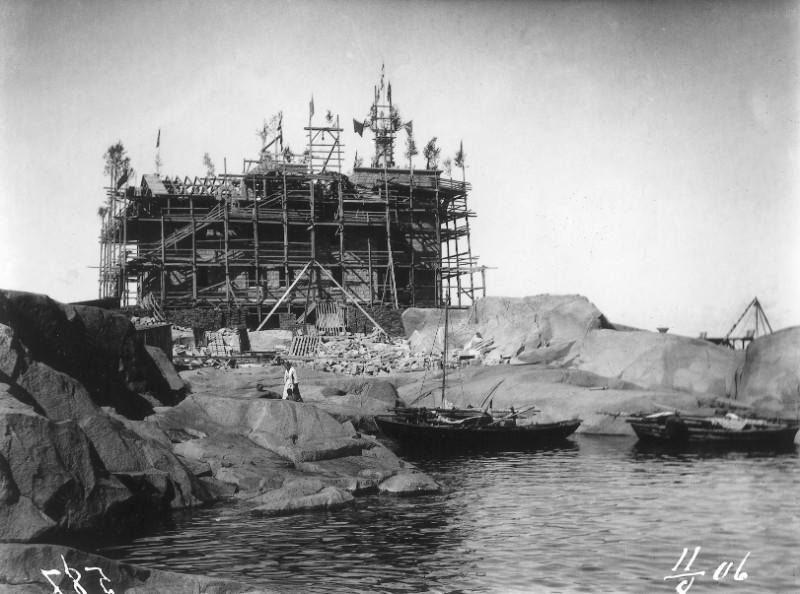 Foto av halvfärdig fyrbyggnad.