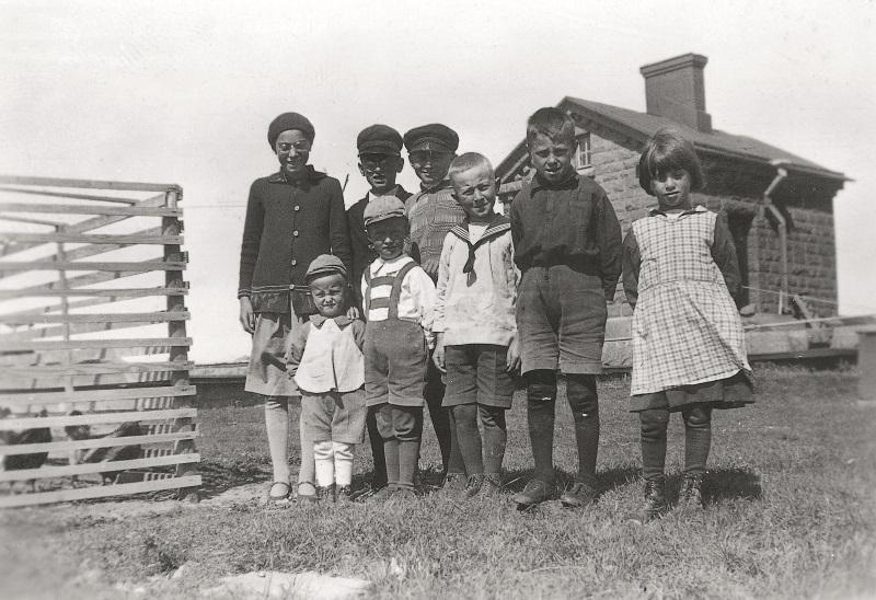 Valokuva majakanvartijoiden lapsista.